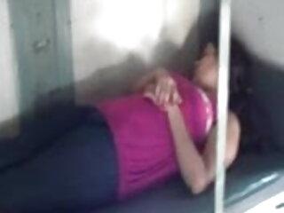 छोटे हिंदी में सेक्सी पिक्चर मूवी दिलेर titties के साथ श्यामला किशोर एक सोफे पर drilled हो जाता है